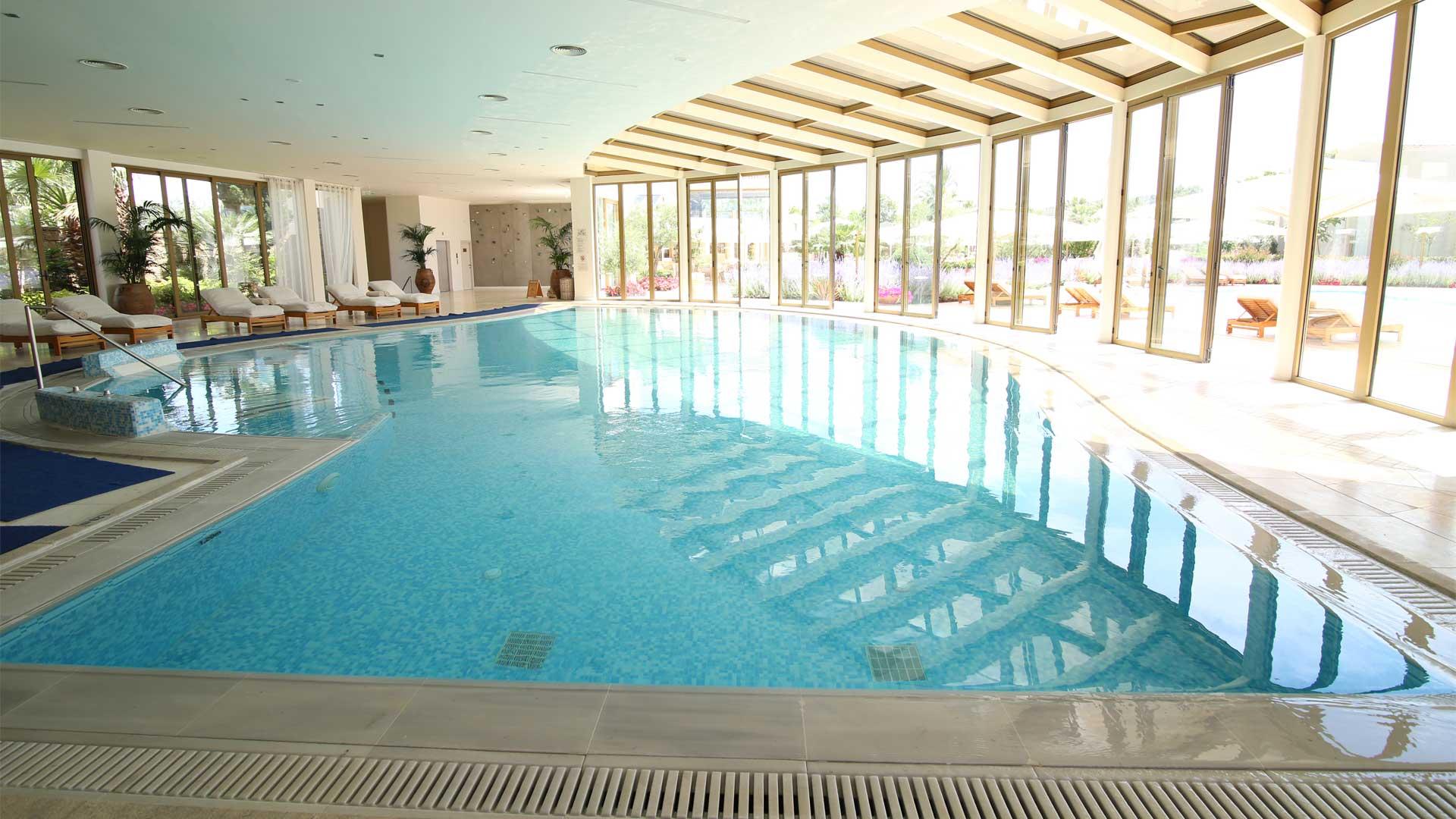 """Πισίνα του Ξενοδοχείου """"Sani Resort"""" Χαλκιδικής από υλικά ISOMAT"""