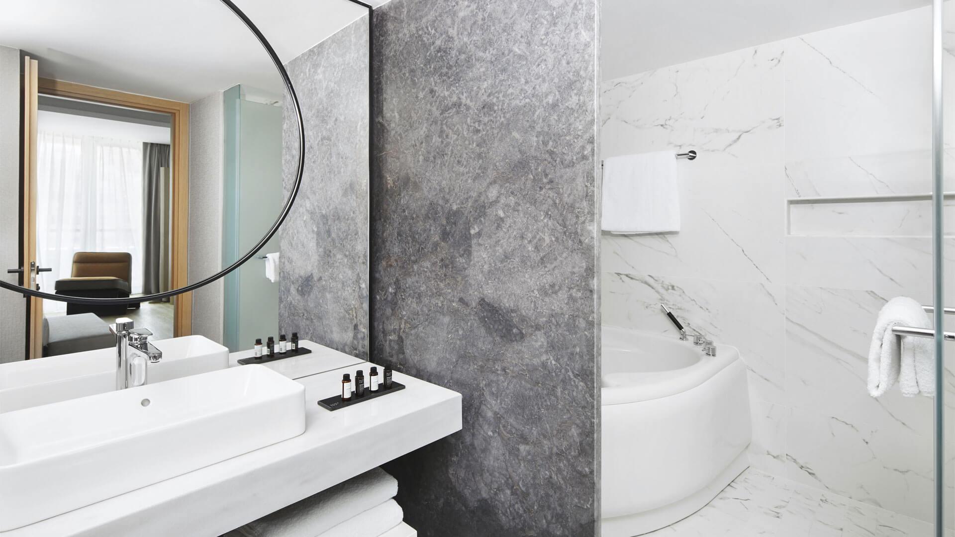 μπάνιο με μάρμαρο σε λευκό και γκρι
