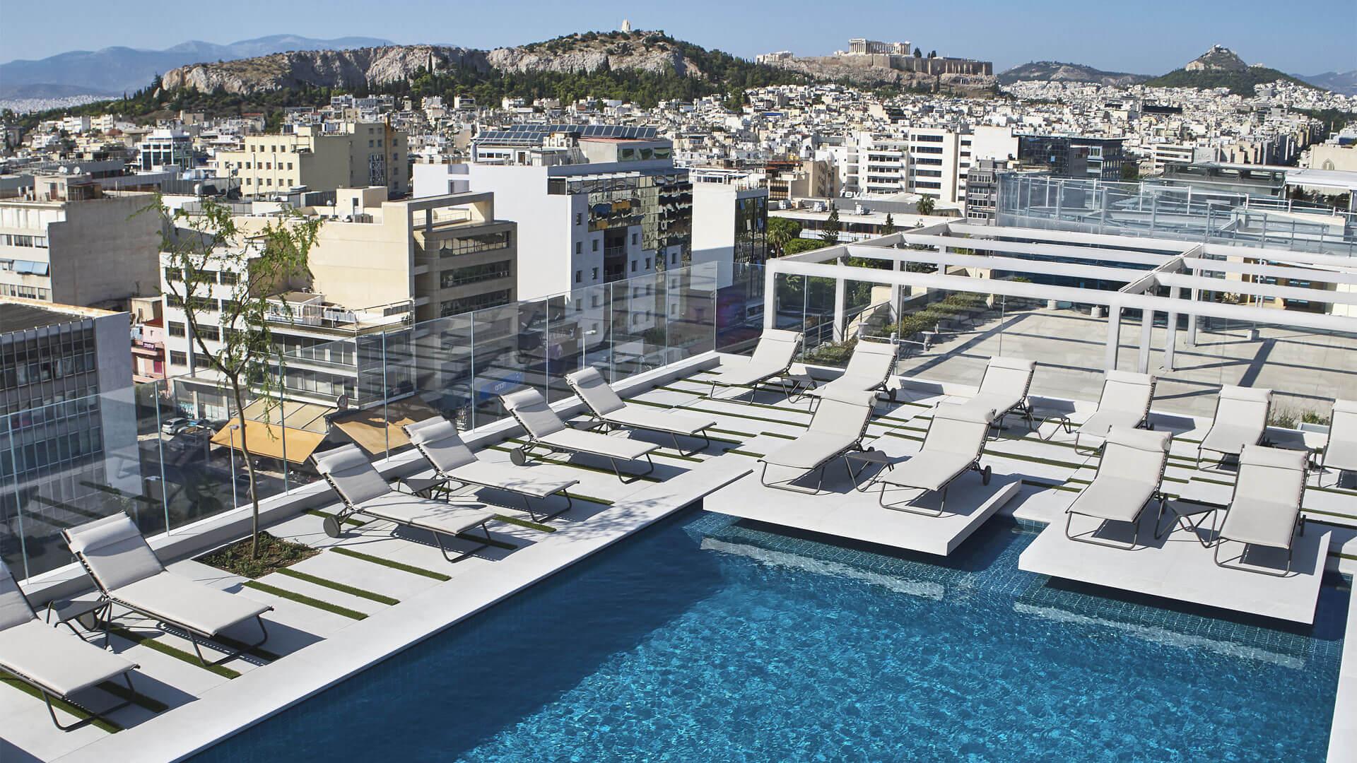 πισίνα ξενοδοχείου στην ταράτσα